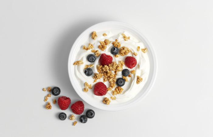 Yoghurt granola berries